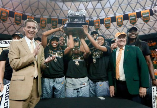 That's McCaw on the left, Starr on the right, with the Baylor women's basketball team.